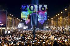 nouvel an 2016 new year s revelers ring in 2016 unfazed by attack worries
