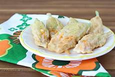 fior di zucchine in pastella fiori di zucchina ripieni in pastella un particolare