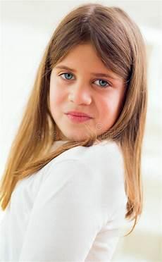 fille avec de beaux yeux bleus et des cheveux sains