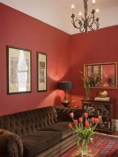 salon avec murs en et canap 233 en marron peinture