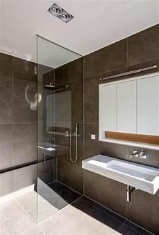 moderne badezimmer mit dusche und badewanne dusche mit raumhoher glasabtrennung modern badezimmer