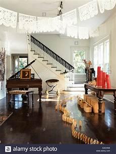 wohnzimmer mit formalen klavier und h 246 lzerne figur dekoration stockfoto bild 75265381 alamy