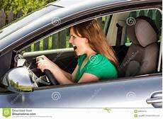 Junge Schreiende Frau Beim Fahren Des Autos Stockfoto