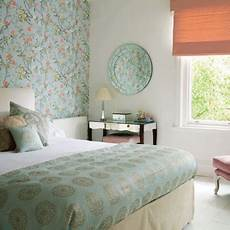 schlafzimmer tapezieren ideen bedroom wallpaper in soft colors for one wall decoration