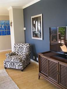 Wandfarbe Blau Wohnzimmer - shade of blue on wall camoflauges tv the chair