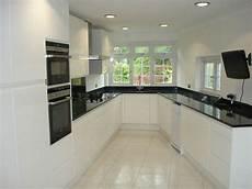 cuisine noir et blanc cuisine blanche avec plan de travail noir 73 id 233 es de