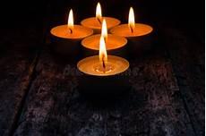 immagini candele accese candele accese da rilassarsi sul di legno fotografia stock