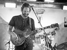 neal casal guitar neal casal guitarist for willie nelson chris robinson and shooter has died guitar