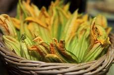come cuocere i fiori di zucca i fiori di zucca come pulirli e cucinarli