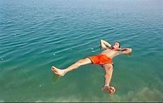 Gambar Keseronokan Terapung Di Laut Mati