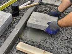 Gehwegplatten Verlegen Auf Erde - so bauen sie eine holzterrasse mit steg bauhaus