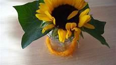 tischdeko mit sonnenblumen tischdeko aus sonnenblume und glas mit herbstbl 228 ttern