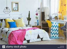 da letto colorata da letto colorata con poltrona di colore giallo e