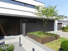 Eingangsbereich Innen Modern Gestalten - eingangsbereich mit grauwacke natursteinplatten hochbeet
