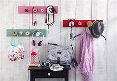 wandgarderobe selber bauen diy coat rack ideas 2 creative projects for your hallway