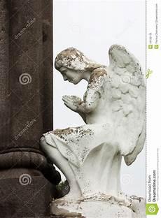 ange pour tombale tombale avec une pri 232 re d ange image libre de