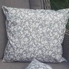 outdoor kissen grau mit blumenranken mit liebe dekoriert