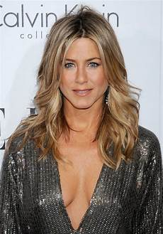 of all of aniston s iconic hairstyles this layered wavy best pinterest pins