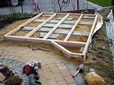 terrasse anlegen untergrund holzdeck oder holzterrasse am gartenteich bauen heimwerker aktuell de