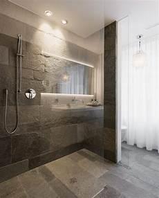 glastrennwand eingelassen im naturstein boden im bad mit