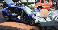 auto ummelden düsseldorf auto kracht in d 252 sseldorf unter transporter zwei