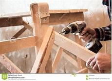 holz löcher füllen schrauben sirva atornillar un tornillo en la madera foto de archivo