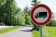 lkw geschwindigkeit landstraße ein durchfahrtsverbot f 252 r lkw bu 223 geldkatalog 2019