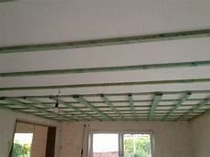 decke mit rigips abhängen decke abh 228 ngen mit dachlatten gipskarton so wird es