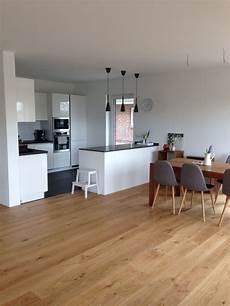offene küche mit wohnzimmer offene k 252 che mit insel wei 223 grau in kombi mit eichenboden