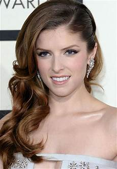 anna kendrick s curly side swept hairstyle at the 2014