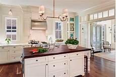 biała kuchnia z drewnianym blatem pomysły shiny syl