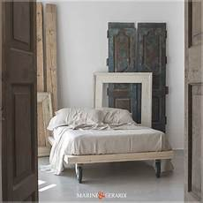 letto ruote lenzuola in lino bianche su letto con ruote industriali