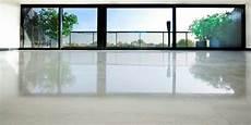 béton ciré sur carrelage au sol le b 233 ton cir 233 dans la maison moderne archzine fr