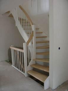 treppe holz weiß offene wangentreppe holz wei 223 halbgewendelt echiger