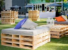 sitzgruppe aus paletten rustic pallet seats with padded top and scattered cushions