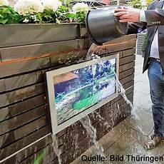 Fernseher Für Den Außenbereich - outdoor led tv monitor mit wetterschutz 32 zoll