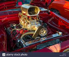 autos mit v8 motor american car chrome supercharged v8 engine stock