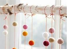 deko zum hängen ins fenster wunderschne vorschlge fr winterdekoration birkenstamm