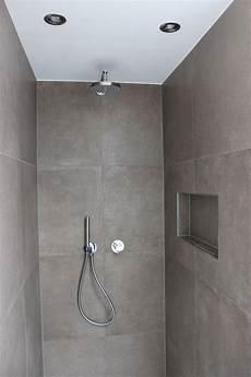 Modernes Zeitloses Bad Mit Praktische Nischen Fliesen In