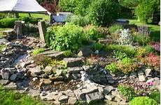 Steingarten Mit Teich - ansicht bachlauf im steingarten im hintergrund die