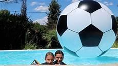 le plus gros ballon de foot du monde dans la piscine