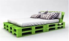 bett aus paletten bauen palettenbett bauen ganz einfach hier 2 praktische varianten muss haben palettenbett