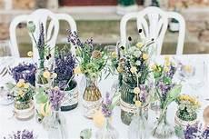 hochzeit blumendeko vintage hochzeit mit lavendel tischdeko wildblumen hochzeit