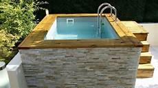 mini piscine en bois avec habillage en de parement