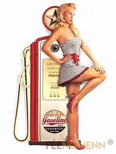 image de pin up d 233 co murale vintage en m 233 tal pompe 224 essence pin up