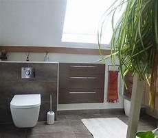 rangement suspendu salle de bain rendre une salle de bain sous rant fonctionnel et
