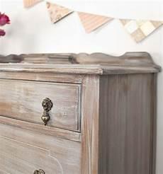 comment vieillir un meuble patiner un meuble ancien en bois etapes tuto mobilier de salon repeindre un meuble en bois