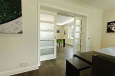 küche mit schiebetür schiebet 252 ren klassisch aber geradlinig wohnzimmer