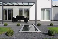 Formales Wasserbecken Mit Wasserfont 228 Ne An Der Terrasse