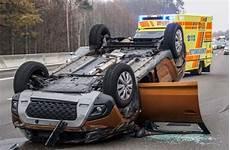 Unfall Auf A8 Stuttgart Karlsruhe Dacia Landet Auf Dem